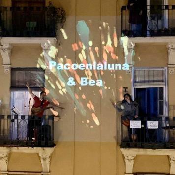 Pacoenlaluna & Bea - Concierto improvisado desde el balcón #coronavirus #EntreTodosNosCuidamos #EsteVirusLoParamosUnidos